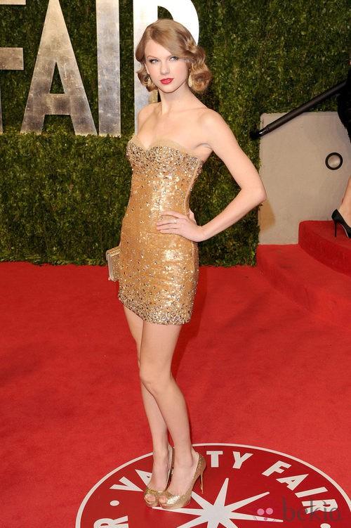 Taylor Swift con minivestido beige con paillettes