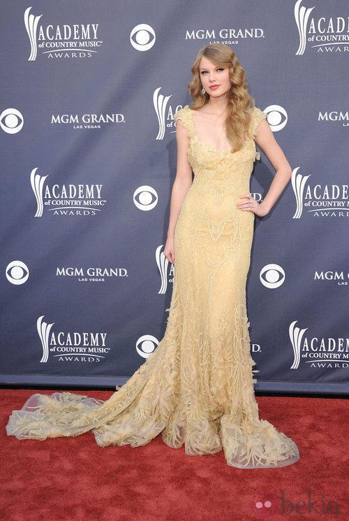 Taylor Swift con vestido romático con cola