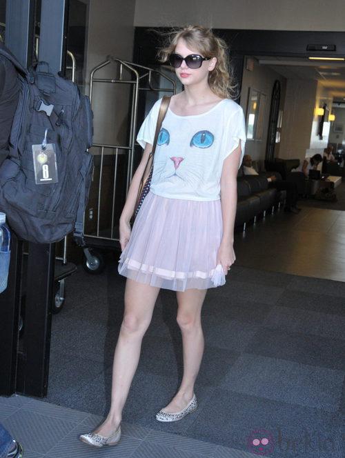 Taylor Swift con falda rosa y camiseta estampada