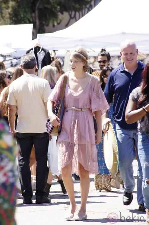 Taylor Swift con estilismo desaliñado en rosa
