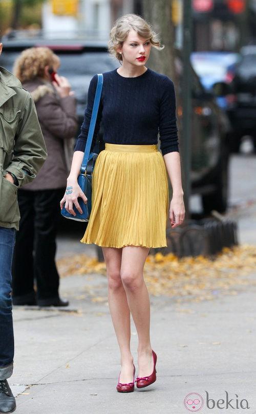 Taylor Swift con falda plisada y jersey