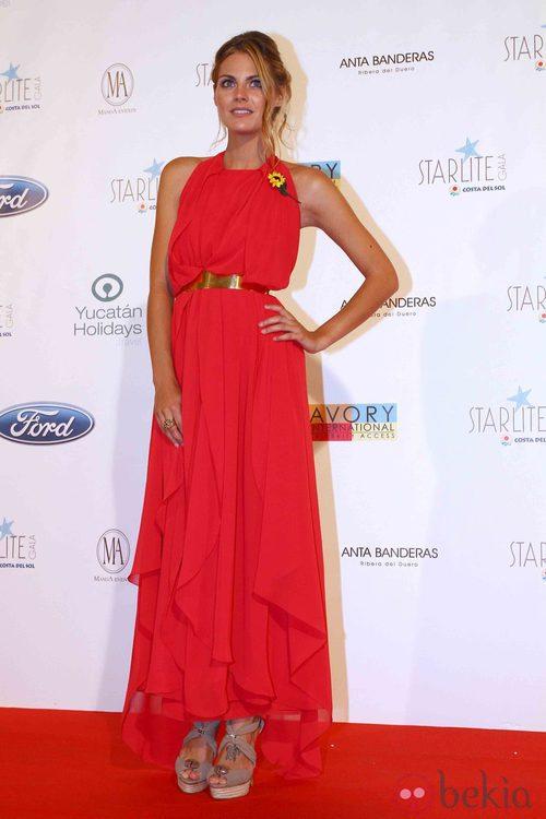Amaia Salamanca con vestido de gala rojo y dorado