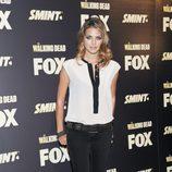 Amaia Salamanca con pitillos negros y camiseta bicolor