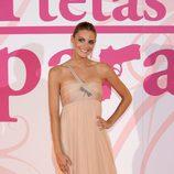 Amaia Salamanca con vestido nude y corte asimétrico