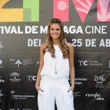 Amaia Salamanca con baggies blancos y camiseta básica