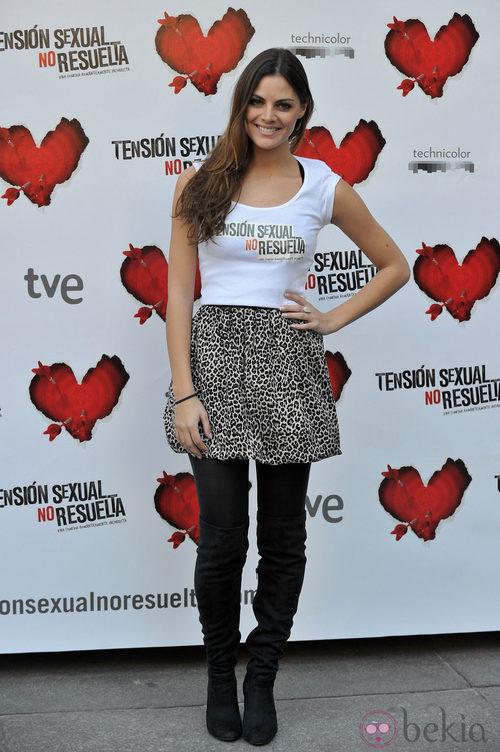 Amaia Salamanca con minifalda y camiseta promocional