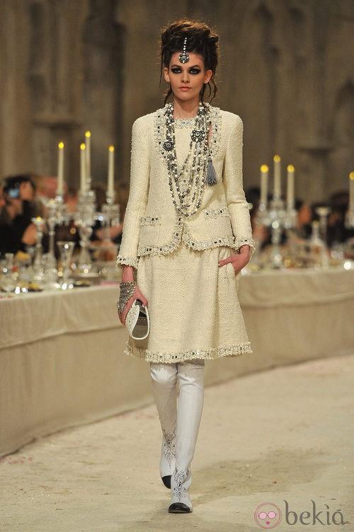 Traje sastre en tweed color hueso con chaqueta de manga francesa y falda por las rodillas