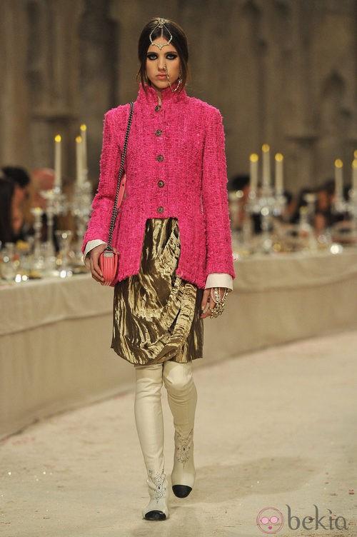Abrigo de tweed rosa y falda drapeada dorada