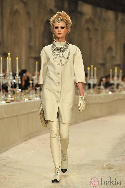 Abrigo liso en color hueso y mangas francesas
