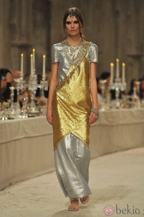 Vestido largo de manga corta en tonos dorados y plateados