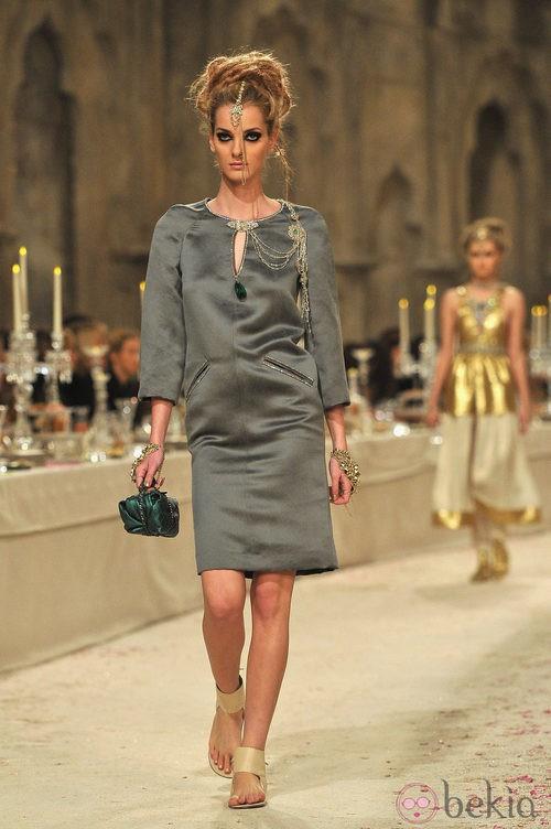 Vestido gris con remates dorados
