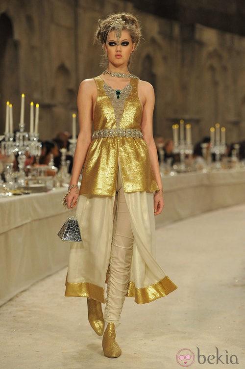 Vestido sin mangas dorado con abertura delantera