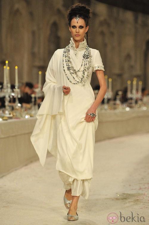 Vestido de seda en color hueso con detalles de perlas en mangas y cuello
