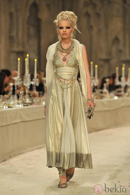 Vestido con escote V y falda de seda semitransparente en tonos ocre