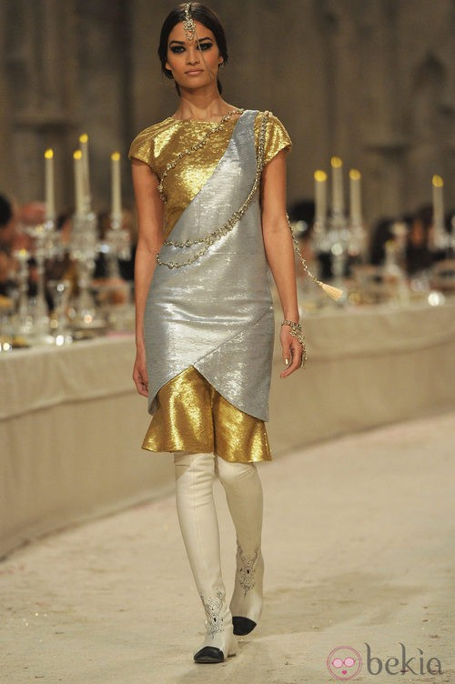Vestido de manga corta en tonos dorados y plateados