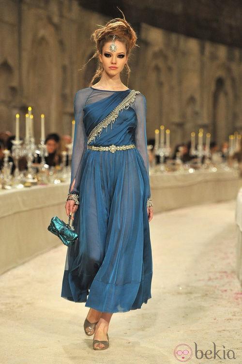 Vestido en gasa azul con joyería dorada