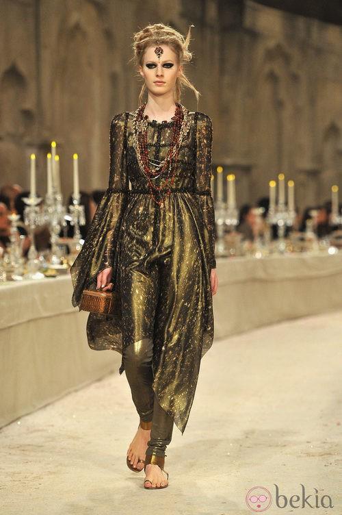 Vestido en tonos verdes oscuros y dorados