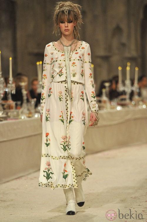 Vestido de manga larga en color hueso con bordados florales