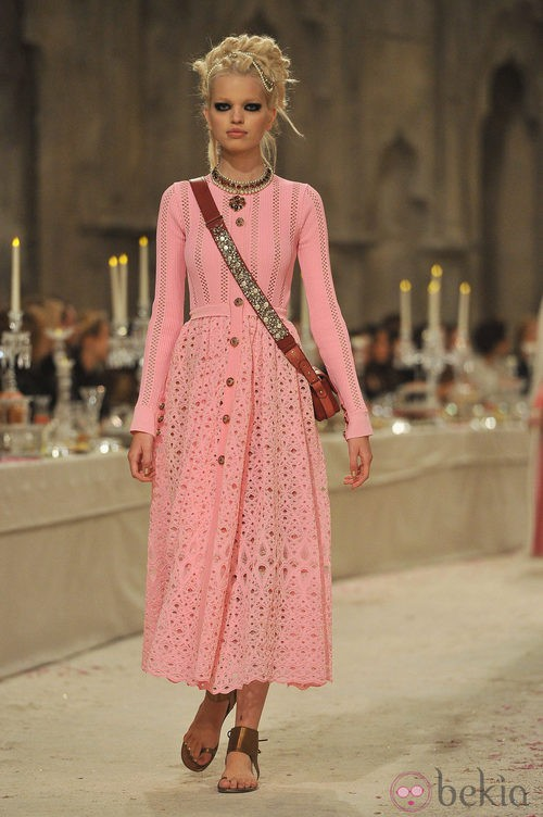 Vestido largo rosa con agujeros dorados