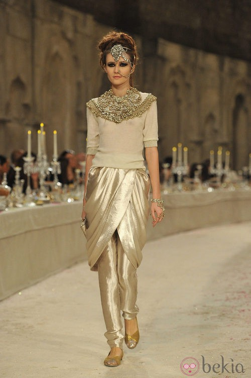 Jersey de cashmere dorado con falda drapeada y pantalón dorados