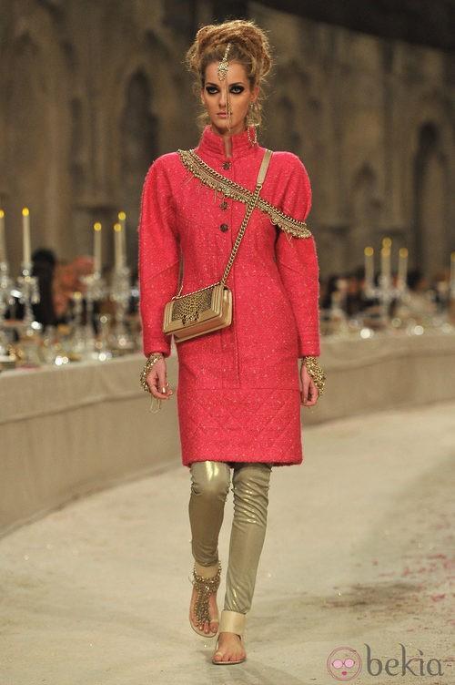 Abrigo de tweed rosa con detalles dorados