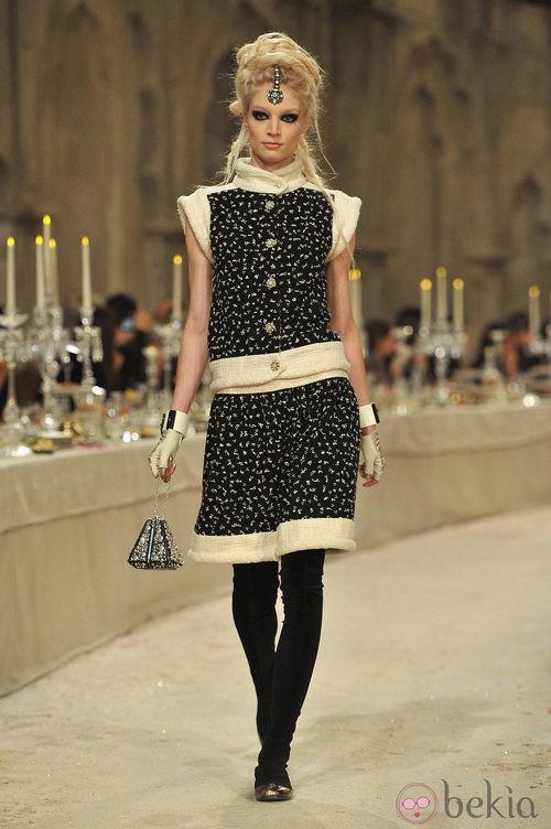 Traje chaqueta negro con detalles florales dorados y ribetes en tweed hueso
