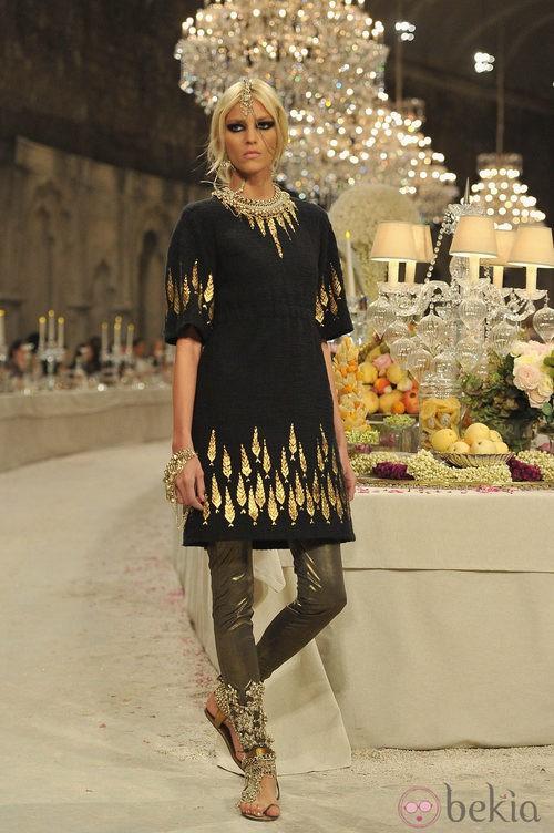 Vestido de tweed negro con detalles dorados