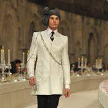 Modelo masculino con chaqueta tres cuartos en color hueso y brocados del mismo color