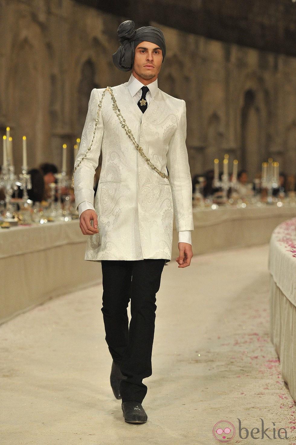 Modelo masculino con chaqueta tres cuartos en color hueso for Chaqueta tres cuartos