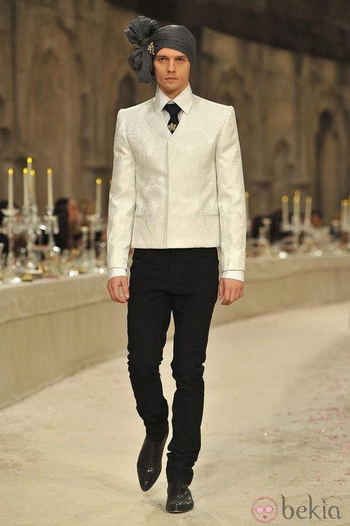 Modelo masculino con chaqueta corta en color hueso y brocados del mismo color