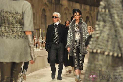 Karl Lagerfeld en el carrusel del desfile de la colección Paris-Bombay de Chanel