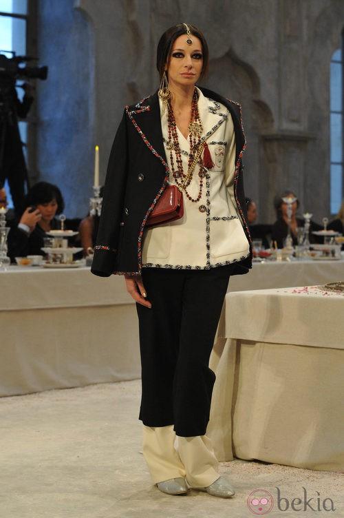 Doble chaqueta ribeteada una blanco y otra en negro con pantalón pata de elefante