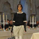 Falda de cuadros drapeada con parte superior negra y bordes blancos