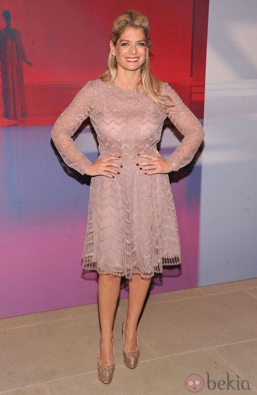 Angela Ismilos con vestido rosa palo semitransparente con pedrería rosa