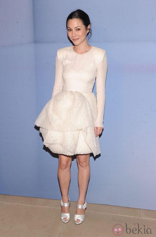 China Chow con vestido blanco de falda en capas con brocados