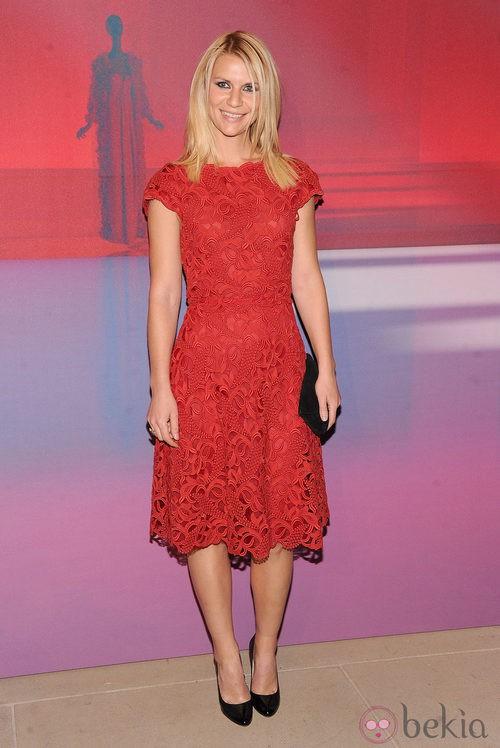 Claire Danes con vestido de encaje rojo