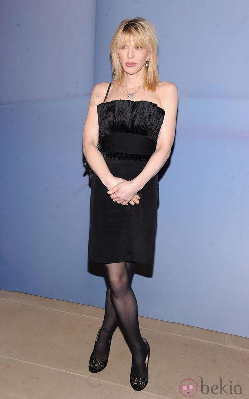 Courtney Love con vestido negro palabra de honor