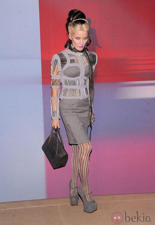 Daphne Guinness con vestido gris de falda tubo y corte futurista