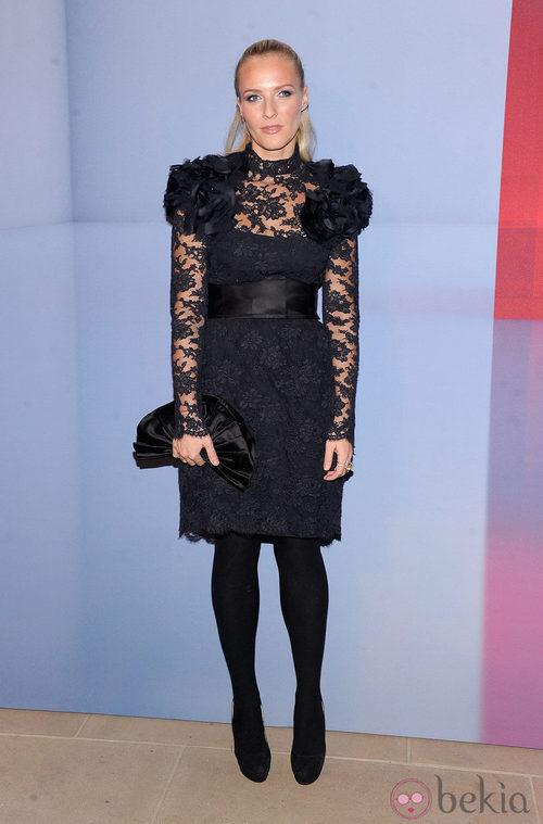 Keren Craig con vestido negro de encaje y hombros adornados con flores