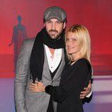 Maksim Chmerkovskiy con chaqueta gris de cuadros y Lizzie Grubman con vestido negro