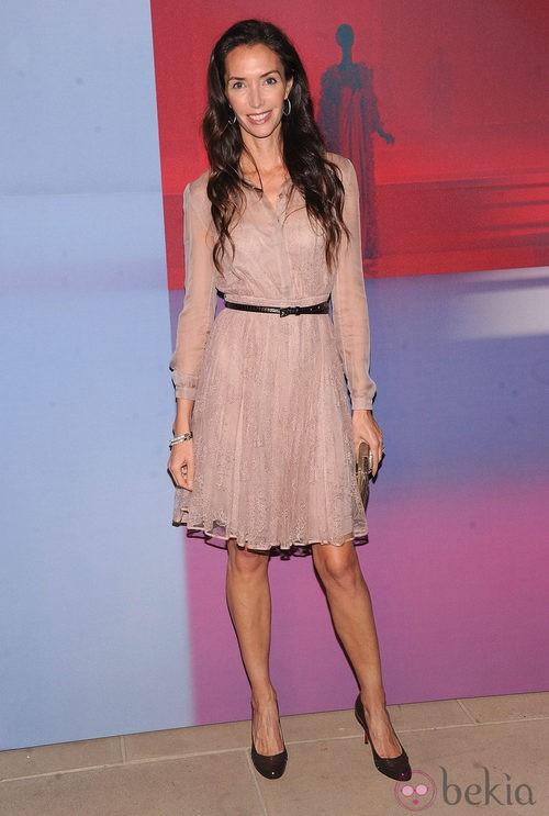 Olivia Chantecaille con vestido rosa palo y bordados de pedrería