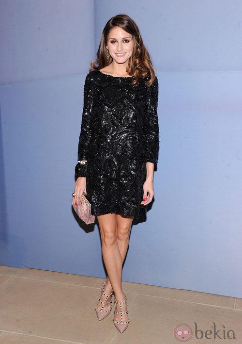 Olivia Palermo con vestido de pedrería negro y zapatos nude con tachuelas de Valentino