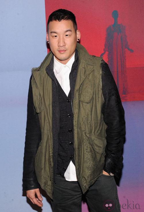 Richard Chai con look informal y parca verde en chaleco