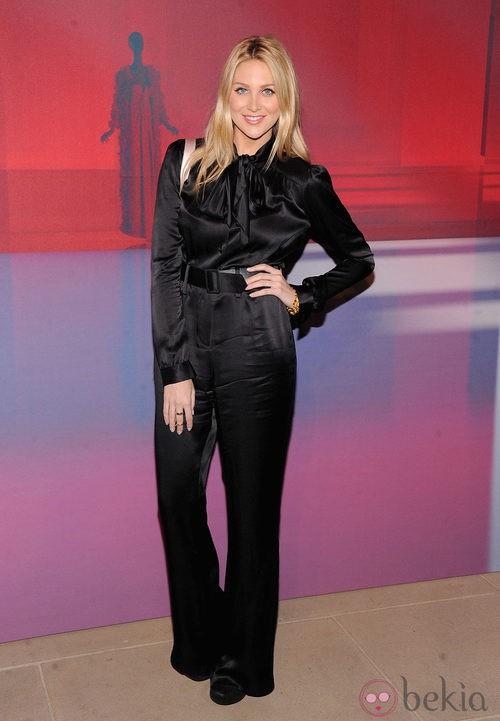 Stephanie Pratt con pantalón y blusa de raso negro