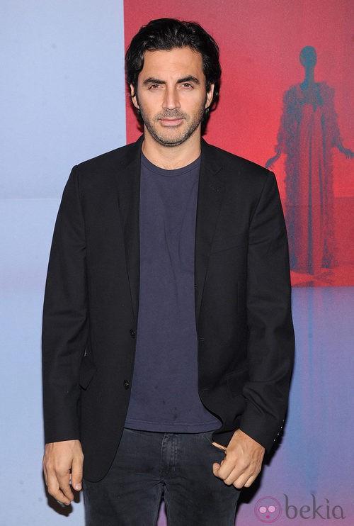 Yigal Azrouel con look informal y chaqueta de traje negra