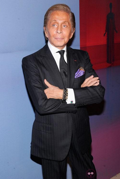 Valentino Garavani con traje chaqueta negro de raya ancha