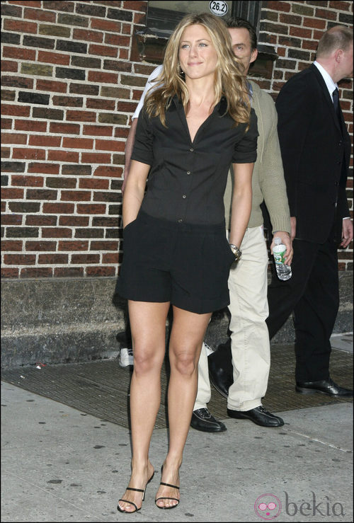 Jennifer Aniston con camisa negra y shorts