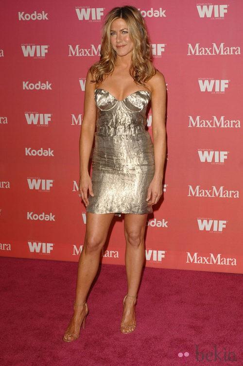 Jennifer Aniston con vestido de Prada y sandalias de Azzedine Alaia