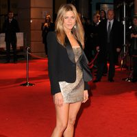 Jennifer Aniston con mini vestido metalizado de Valentino