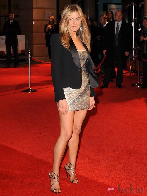 Jennifer Aniston con mini vestido metalizado de Valentino